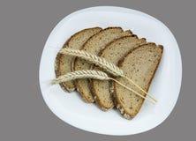 Pontos do pão e do cereal em uma placa branca Fotografia de Stock Royalty Free