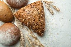 Pontos orgânicos rústicos do pão e do trigo em um fundo branco velho fotografia de stock