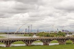 Ponts au-dessus de la rivière Trinity à Dallas, le Texas images libres de droits