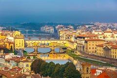 Ponts au-dessus de rivière de l'Arno à Florence photographie stock libre de droits