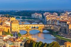 Ponts au-dessus de rivière de l'Arno à Florence images libres de droits
