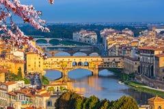 Ponts au-dessus de rivière de l'Arno à Florence au ressort photo stock