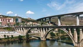 Ponts au-dessus de rivière de Douro dans le peso DA Regua au Portugal photo stock