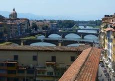 Ponts au-dessus de rivière de l'Arno à Florence, Italie images libres de droits