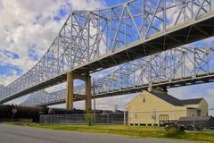 2 ponts au-dessus du Mississippi à la Nouvelle-Orléans Image stock