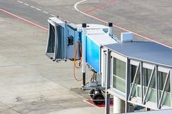 Ponts d'embarquement à l'aéroport et une vue de la voie et de l'asphalte de direction Images libres de droits