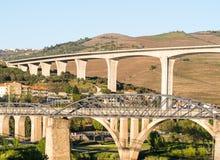 Ponts dans le peso DA Regua, Portugal image stock