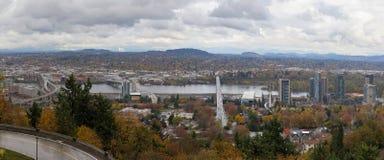 Ponts de Portland au-dessus de rivière de Willamette Photographie stock libre de droits