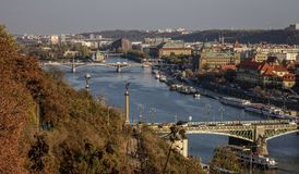 Ponts de Prague au-dessus de rivière de Vltava image stock