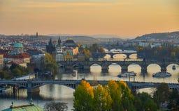Ponts de Prague au-dessus de rivière de Vltava photographie stock