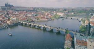 Ponts de Prague, Charles Bridge célèbre au-dessus de la République Tchèque de Vitava de rivière banque de vidéos