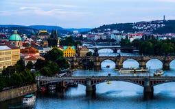 Ponts de Prague le soir, République Tchèque Photographie stock libre de droits