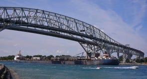 Ponts en eau bleue au-dessus du St Clair River Photo stock