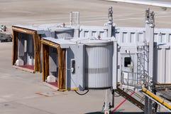 Ponts en jet attendant l'avion à l'aéroport Photos stock