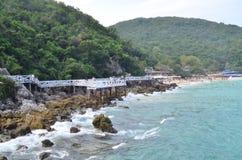 Ponts et montagnes, Koh Larn, Thaïlande image stock