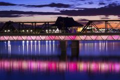Ponts et Tempe Center de Tempe Town Lake pour les arts au coucher du soleil photos stock