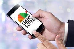 PONTUAÇÃO DE CRÉDITO (homem de negócios Checking Credit Score em linha e Fina imagens de stock royalty free