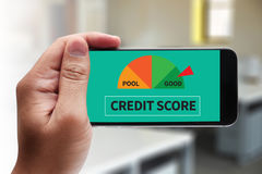 PONTUAÇÃO DE CRÉDITO (homem de negócios Checking Credit Score em linha e Fina imagem de stock royalty free