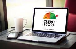 PONTUAÇÃO DE CRÉDITO (homem de negócios Checking Credit Score em linha e Finan foto de stock royalty free