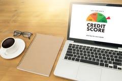 PONTUAÇÃO DE CRÉDITO (homem de negócios Checking Credit Score em linha e Finan imagem de stock royalty free