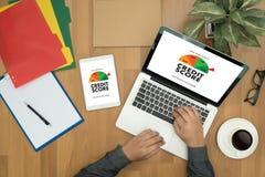 PONTUAÇÃO DE CRÉDITO (homem de negócios Checking Credit Score em linha e Finan imagens de stock