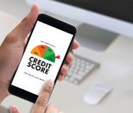 PONTUAÇÃO DE CRÉDITO (homem de negócios Checking Credit Score em linha e Finan fotos de stock royalty free