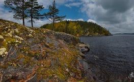 Ponura jesień na jeziornym Ladoga obraz stock