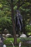 Ponurej żniwiarki lali obwieszenie od frontowego jarda drzewa zdjęcia stock