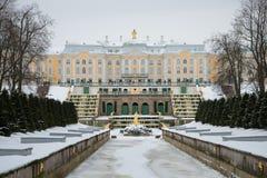 Ponury Luty dzień w Peterhof Widok Uroczysta kaskada Uroczysty pałac i saint petersburg Zdjęcie Stock