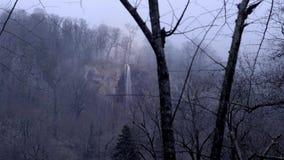 Ponury mgłowy las w górach Od góra wierzchołków siklawa płynie puszek od halnej rzeki Ponury smutny zdjęcie wideo