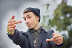 Ponury nastolatek pokazuje środkowego palec Zdjęcia Royalty Free