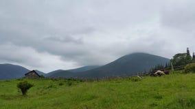 ponury niebo nad góry Dom jest w górach Zdjęcia Royalty Free