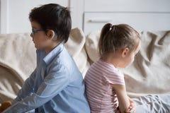 Ponurzy dzieci siedzi na leżance w domu fotografia royalty free