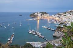 Ponza风景视图在蓝色小时 免版税库存照片