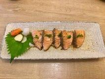 Ponzu Salmon do tataki Guloseima japonesa Pimenta preta imagem de stock