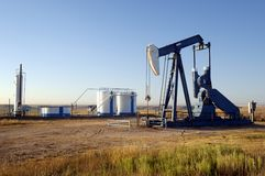 Poço de petróleo e tanques de armazenamento Imagem de Stock