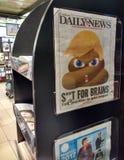 Poo Emoji, insultes d'atout contre des immigrés, titre de journal photographie stock libre de droits