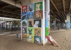 Pooch-als thema gehade kunst in Schorspark Centrale, Diepe Ellum, Texas royalty-vrije stock afbeelding