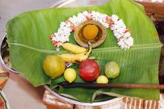 Pooja modlenia taca Hinduscy Tamilscy Tradycyjni Ślubni rytuały zdjęcia royalty free