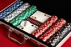 Pook die in metaalkoffer wordt geplaatst Gewaagd vermaak van het gokken Hoogste mening over rode achtergrond stock foto's