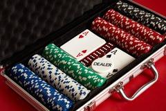 Pook die in metaalkoffer wordt geplaatst Gewaagd vermaak van het gokken Hoogste mening over rode achtergrond royalty-vrije stock afbeeldingen