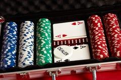 Pook die in metaalkoffer wordt geplaatst Gewaagd vermaak van het gokken Hoogste mening over rode achtergrond royalty-vrije stock afbeelding