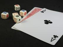 Pook vijf dobbelt en twee speelkaarten op een zwarte oppervlakte royalty-vrije stock fotografie