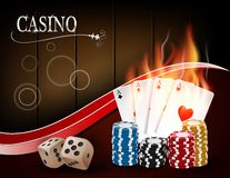 Pookcasino het gokken de reeks met dobbelt, kaarten, en spaanders op houten achtergrond Stock Foto