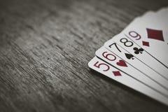 Pookhanden - rechtstreeks Close-upmening die van vijf speelkaarten de pook rechte hand vormen Royalty-vrije Stock Afbeeldingen