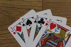 Pookkaarten op een houten backround, reeks hefbomen van clubs, diamanten, spades, en harten stock afbeelding