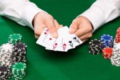 Pookspeler met kaarten en spaanders bij casino Royalty-vrije Stock Fotografie