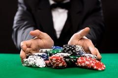 Pookspeler met spaanders bij casinolijst Stock Fotografie