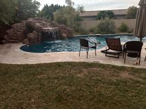 Pool auf dem Hinterhof stockbilder