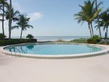 Pool auf dem Strand Stockfotografie